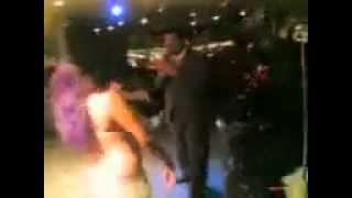 محمد الوكيل يغني ويرقص في نادي ليلي