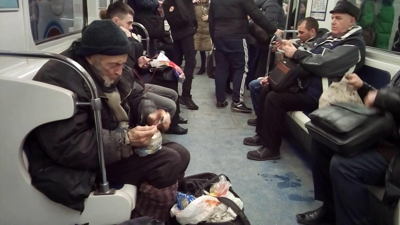 Дедушка бомж кушает тушенку.  Метро Санкт-Петербурга.