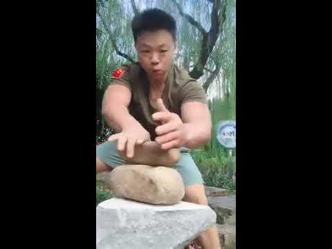 Железный китаец разбивает рукой камни!