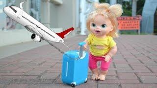 La Muñeca Baby Alive Sara en español viaja en Avión para Buscar a su Mami!!! TotoyKids thumbnail