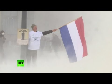 Milk protest: Farmers spray EU council build with dairy powder