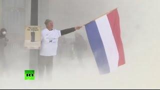 Milk protest: Farmers spray EU council build with dairy powder