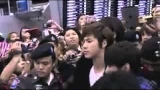 Yunho angry? (cuz fan(s) fall down)  - 10.02.12  Suvarnabhumi Airport to Japan