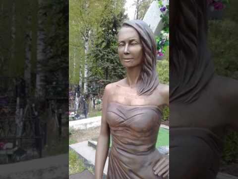 Могила Жанны фриске и её скульптура на Николо-Архангельское кладбище.