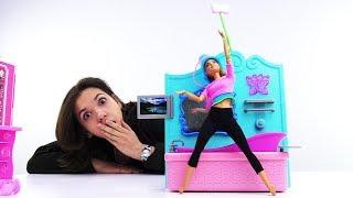 Барби и Алина делают уборку в ванной - Видео для девочек