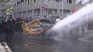 Во Франкфурте полиция применила водометы на акции против карантина