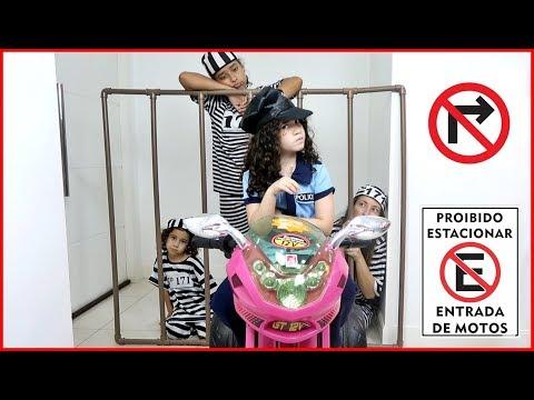 KIDS PRETEND PLAY WITH POLICE COSTUME, VÍDEO FOR KIDS - LARA FINGE SER POLICIAL E PROÍBE ESTACIONAR!