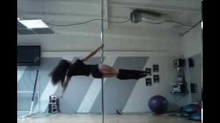 невероятно круто !девушка танцует  пол денс!!
