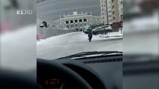 «Просто с ума сойти»: рабочие снесли временные заборы на Ключевской, которые поставили к ЧМ-2018