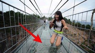 """Mengerikan,!!! Jembatan kaca """"pecah"""" di china ini bikin wisatawan lutut merinding"""