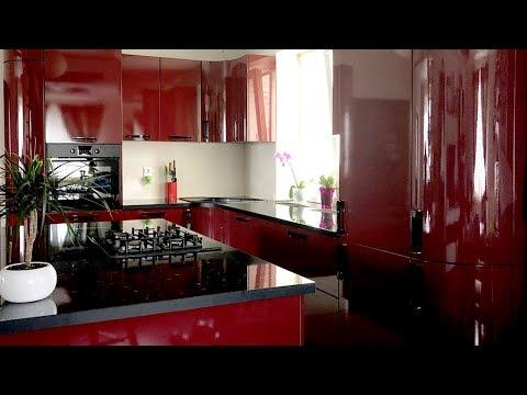 Угловая бордовая кухня с окном. Дизайн кухни с островом в частном доме 🏠