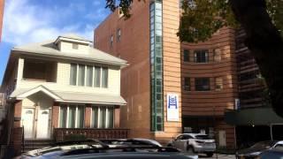 Домик американцев среднего класса на две семьи зажатый между многоэтажками.  Бруклин, Нью Йорк
