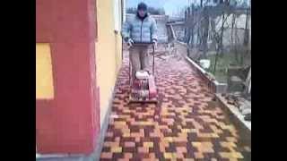 Трамбовка тротуарной плитки(Вибротрамбовка весом 100 кг с полиуретановым ковриком трамбует тротуарную плитку