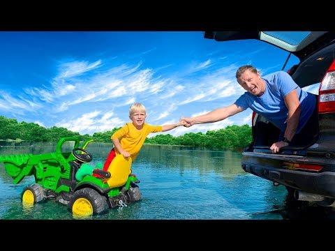 Матвей застрял в грязи, папа приехал на помощь. Видео про зеленый трактор для детей.