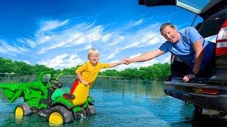 Матвій застряг у воді і тато приїхав на допомогу. Відео про зелений трактор для дітей.