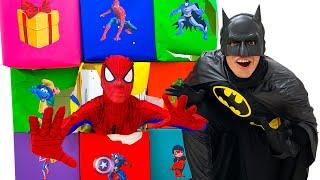 Historia de Nastya y Artem sobre cajas de colores con superhéroes. Colección de nuevas series sobre