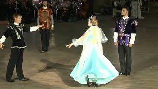 В Севастополь на офицерский бал съехались моряки всех флотов России.(Сотни танцующих пар, сказочные видео‑проекции и красочный салют — в Севастополе состоялся грандиозный..., 2016-06-21T10:21:12.000Z)