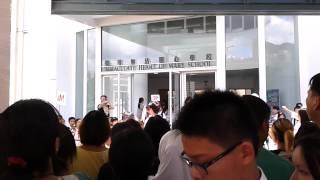 聖母無玷聖心學校開學日校門外人山人海的景況 (2012/09