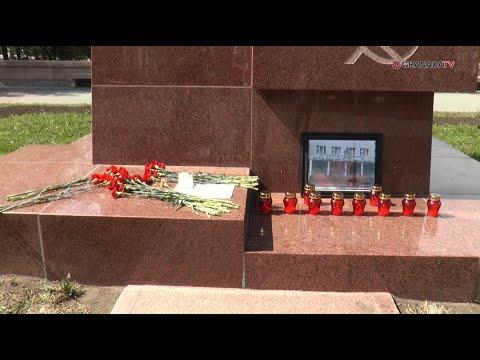 Челябинцы приносят цветы в память о трагедии в Казани