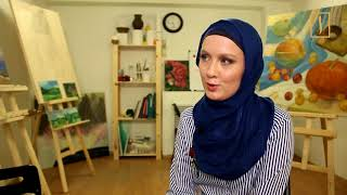 Художник в хиджабе учит даже 80-летних стариков