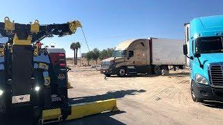 Zapętlaj Stuck Semi Vs  Rotator | Plaza Towing