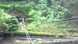 十津川村にて 初めて「野猿」に乗る三歳児。