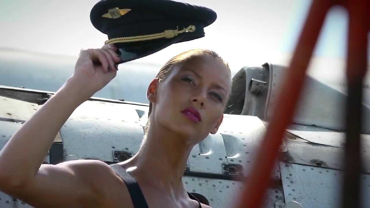 Блондинка проверяет голые девушки на самолете фото