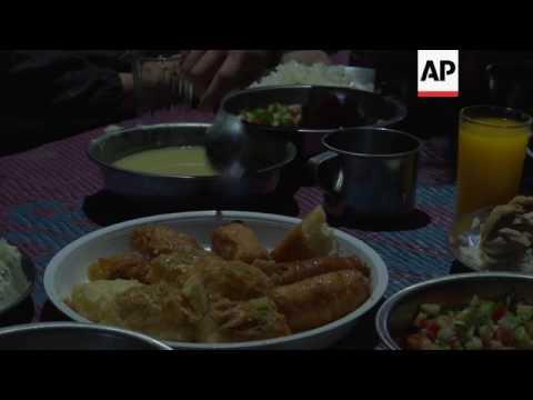 Displaced Iraqis break their fast at start of Ramadan