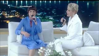 Katiuscia Canoro imita seus personagens de sucesso no palco