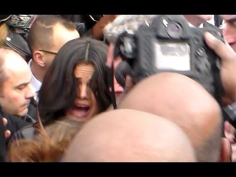 Selena GOMEZ mobbed by fans @ Paris 11 march 2015 show Vuitton Fashion Week