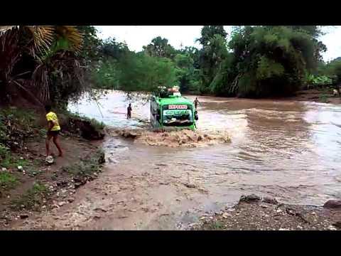 Bis Amfoang menerjang banjir