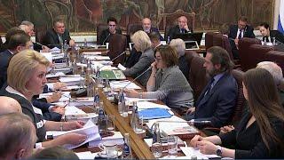 Поправки президента в Конституцию обсуждают участники рабочей группы и депутаты Госдумы.