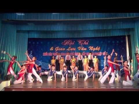 Múa hát tập thể - Vinh quang Việt Nam - Trường CĐ Thương mại và Du lịch