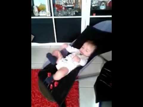 Un bébé rigolo qui est très sportif