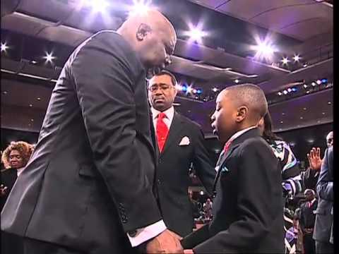 Child prays for Bishop T.D. Jakes