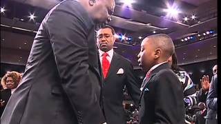 bishop-t-d-jakes-prayed-for-by-child