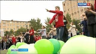 Красочный флешмоб устроили первокурсники Петрозаводского университета