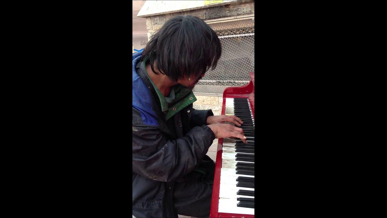 Бездомный поразил прохожих игрой на фортепиано