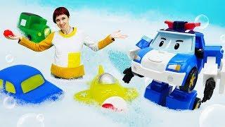 Робокар Поли и Маша Капуки моют игрушки машинки.