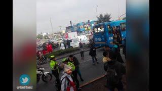 A bus del SITP se le estalló llanta y causó accidente que hirió a motociclista en la av. Boyacá