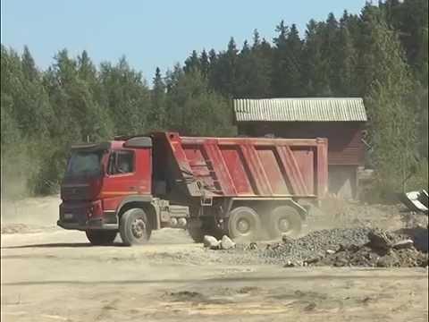 Строители сливают бетон в лес
