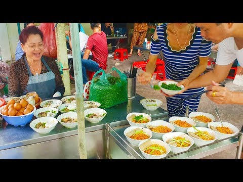 Có gì trong tô mì gói 100k gây sốt ở Sài Gòn | street food saigon