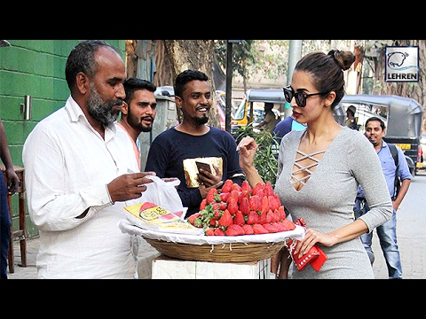Malaika Arora Spotted Bargaining For Strawberries On Streets | LehrenTV