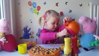 Эльвира кормит Свинку Пеппу и Джорджа пиццей и угощает чаем.Elvira make pizza for Peppa Pig