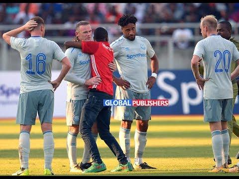 Shabiki Amvaa Wayne Rooney Uwanjani Mechi Ikiendelea