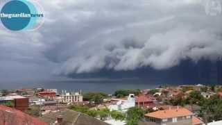 やばいヤツが襲ってくる!オーストラリアで発生した巨大なアーチ雲