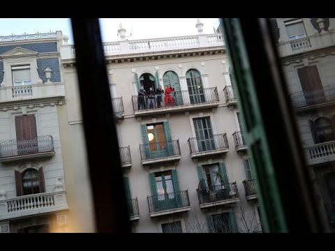 بعد إعلان الحظر.. شبان يقيمون حفلات من شرفات منازلهم في برشلونة  - نشر قبل 3 ساعة