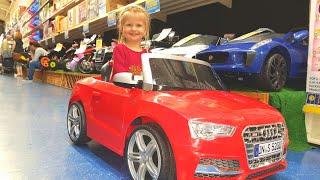 МАЛЫШ Выбирает МАШИНУ Эльвира в магазине игрушек Машина на  день рожденья Подарок Видео для детей
