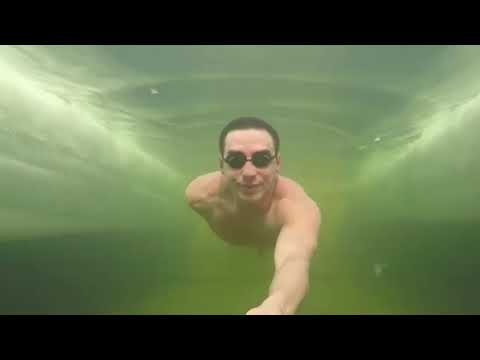 Екатеринбургский морж снял на видео, как занимается фридайвингом