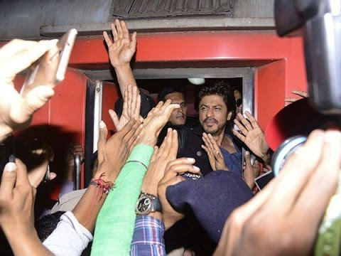 Shah Rukh Arrives Kota Station For Raees Promotion | Huge Number Of Fans Reached To Meet Miya Bhai